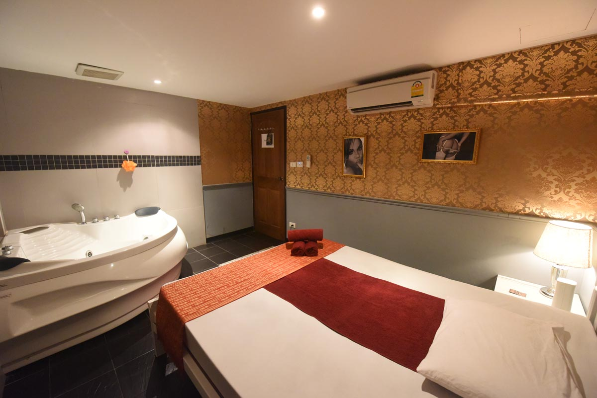 102-massage-bangkok-jaccuzi-room.jpg