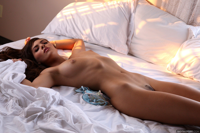 Голая смуглая девушка в постели онлайн групповая