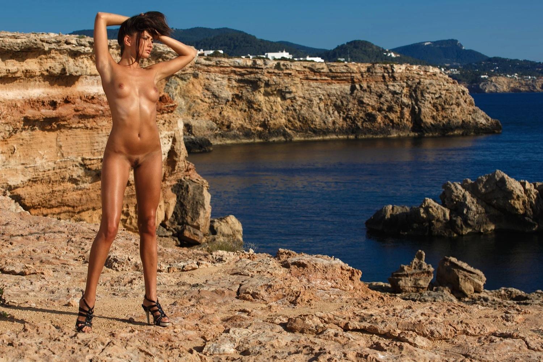 три голых девушки в крыму на фоне моря